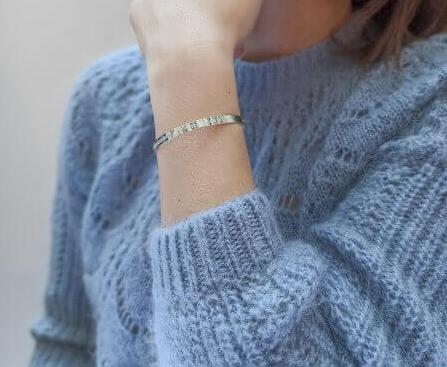 Bracelet jonc personnalisé :  l'accessoire must have incontournable !